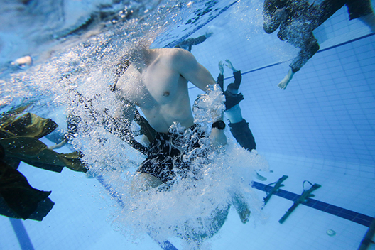 Photo 4 soldiers in swimming training large